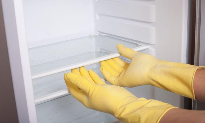 Lepaskan rak di dalam kulkas